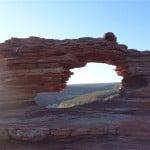 風が作った窓。西オーストラリア州のカルバリー国立公園でネイチャーズ・ウィンドウを見てきました。