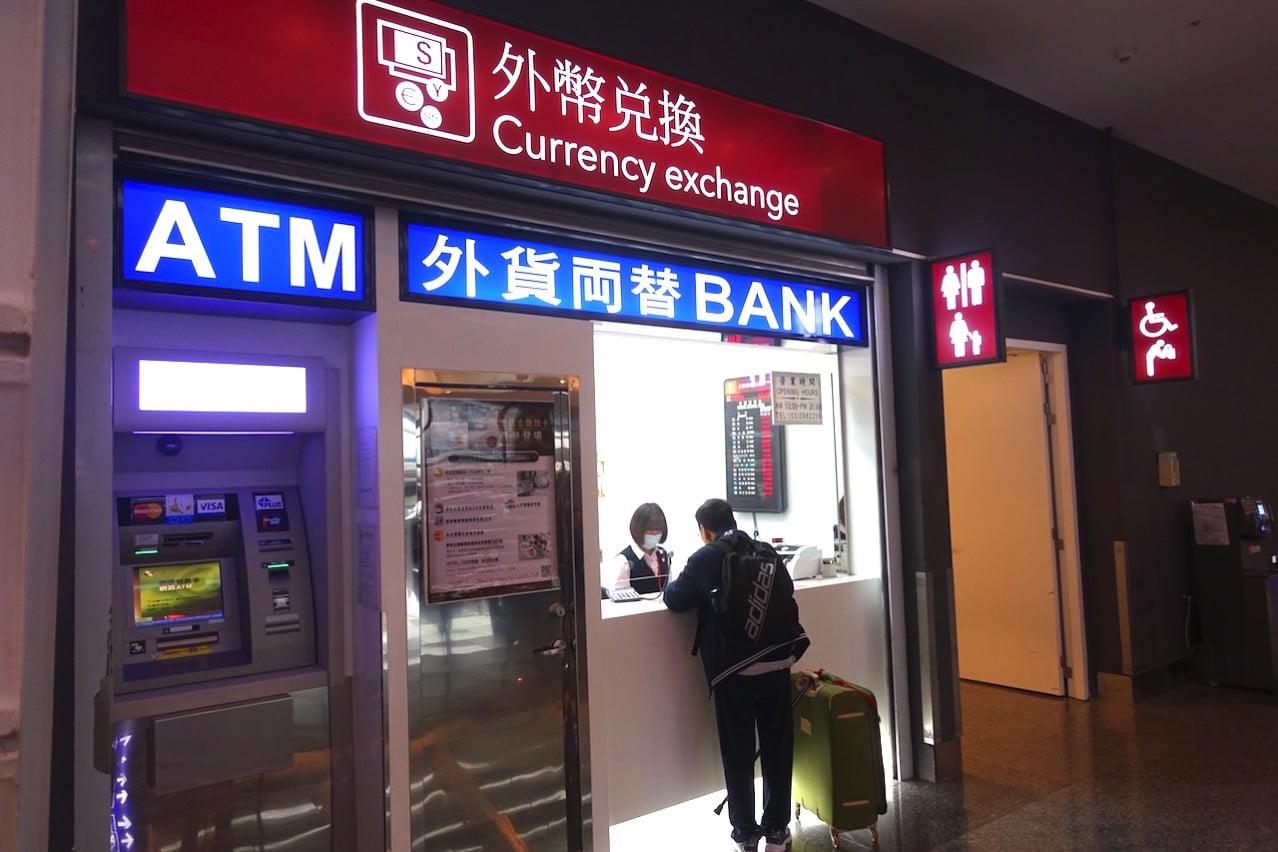 Taiwan taoyuan airport cashing atm t1 02