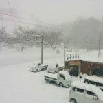 雪下ろしをしよう!家の屋根に上って1メートルの雪をかき分けて。山形県の大鳥で初めて雪下ろしを体験しました