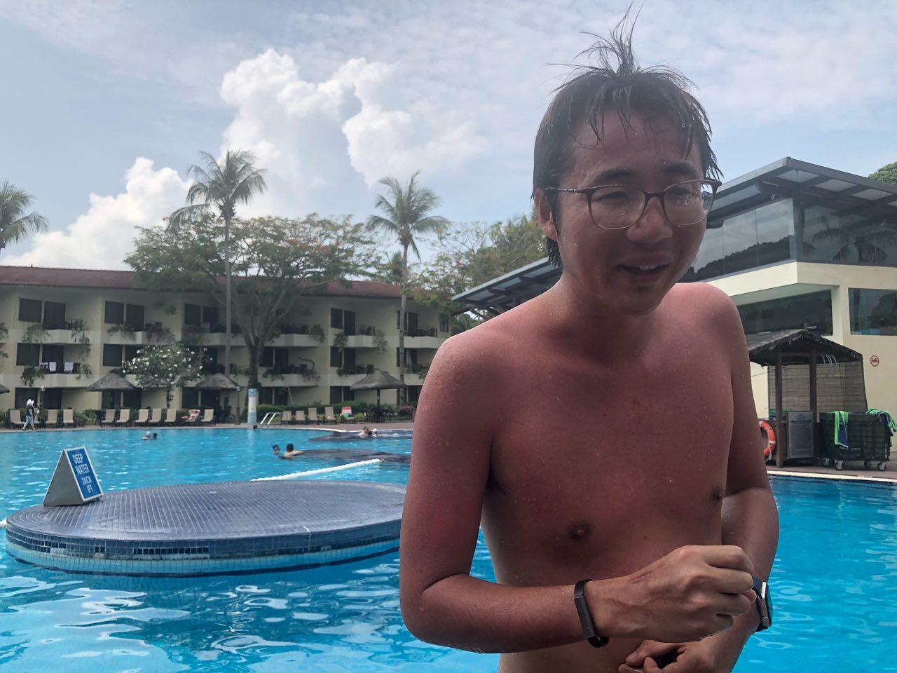 プールと男性
