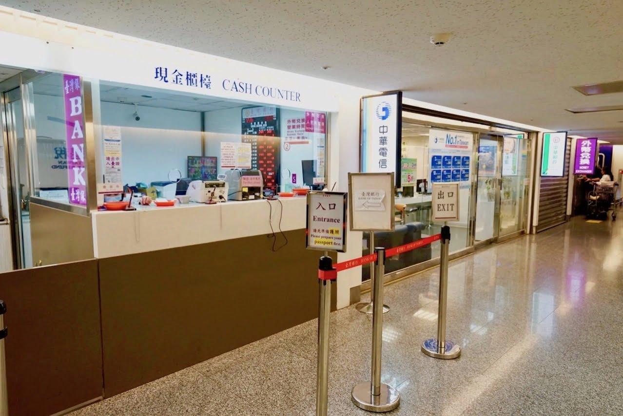 桃園空港第1ターミナル入国から出国へ続く道の台湾銀行、免税カウンターの前