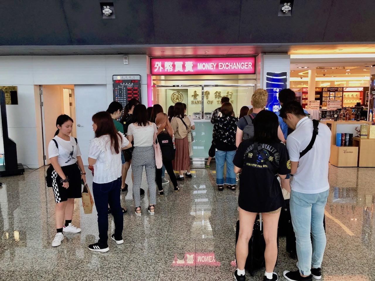 桃園空港第1ターミナル入国審査前の台湾銀行