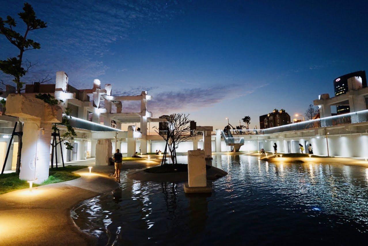 台南の河楽広場(河樂廣場)の夜景