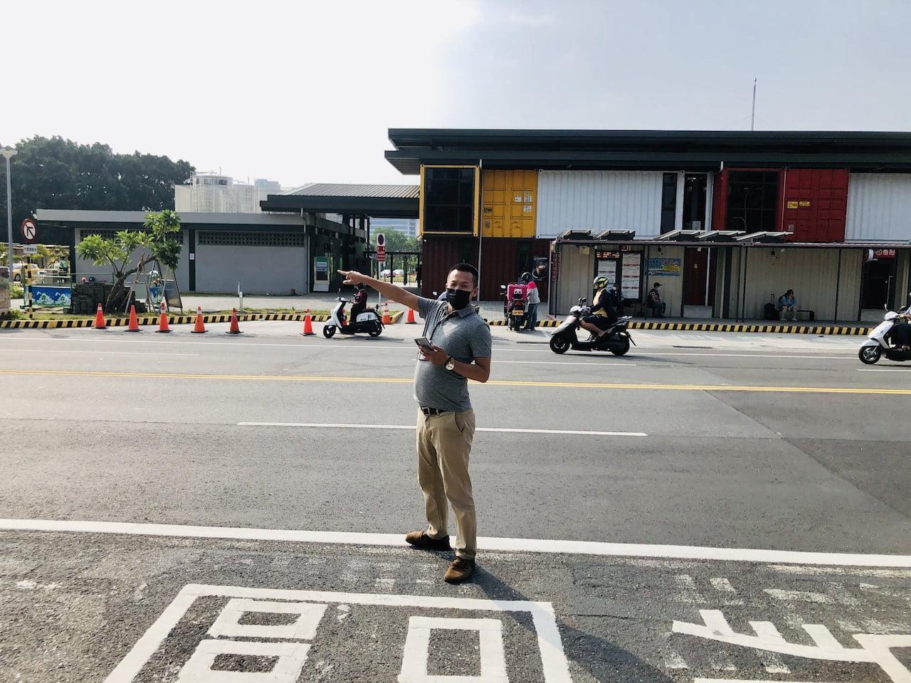 高雄空港の台南行きのバス乗り場の台南人
