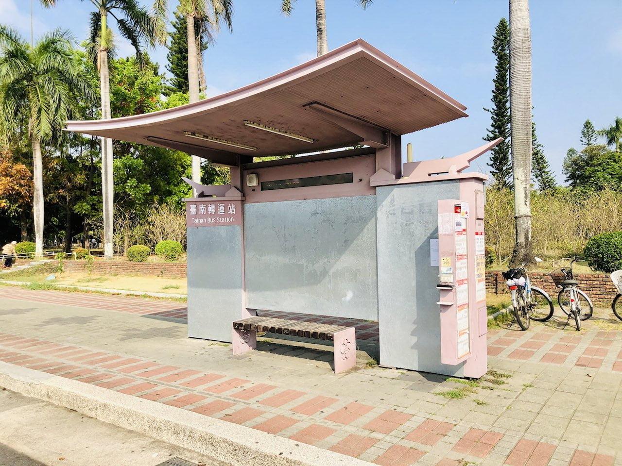 高雄空港の台南行きのバス乗り場のバス停