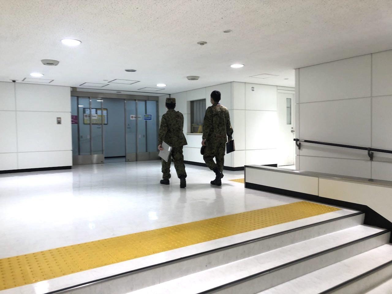 成田空港でコロナウイルス検査をしている自衛隊のかた